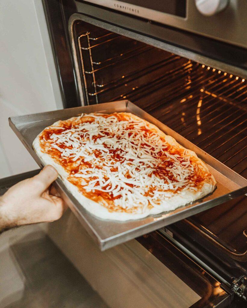 peka pizze v domači pečici